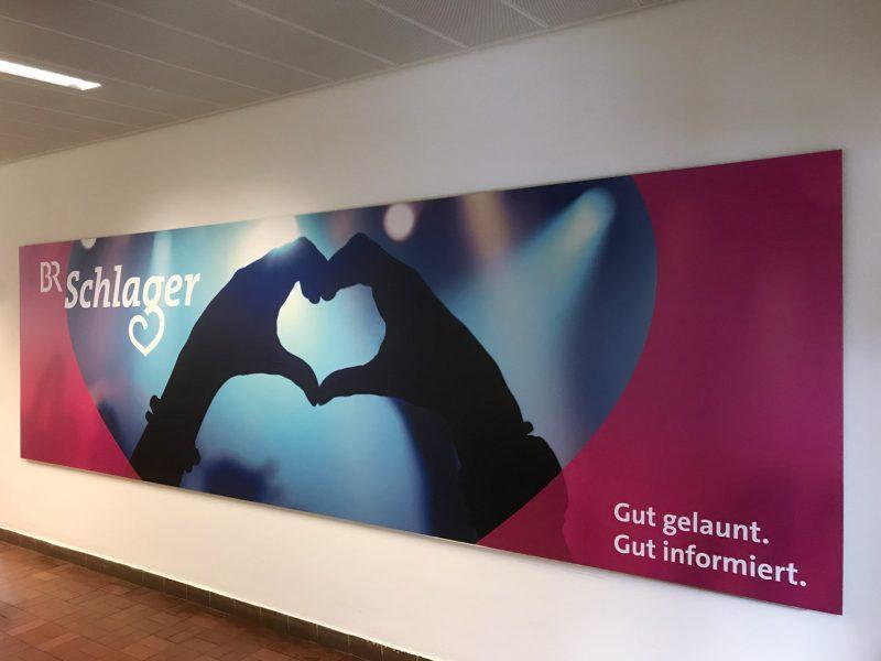 Großes Poster das an der Wand in den Räumlichkeiten des Bayerischen Rundfunks hängt