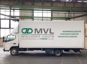 Seitenansicht - Fertige LKW-Beschriftung eines Mitsubishi Canter in einer großen Halle