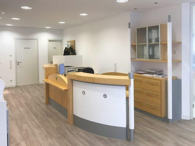 Türbeschriftung in der Zahnarztpraxis Baramov in Fürth. Man sieht ein Teil der Theke und zwei beklebte Türen