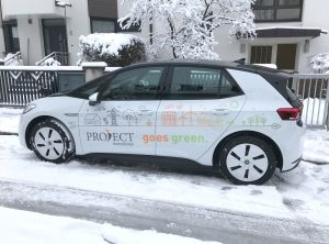 Von der Seite fotografierte Fahrzeugbeklebung eines VW ID 3 für Project Immobilien