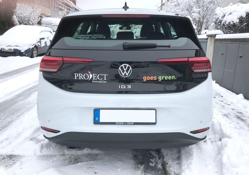 Von hinten fotografierte Fahrzeugbeklebung eines VW ID 3 für Project Immobilien