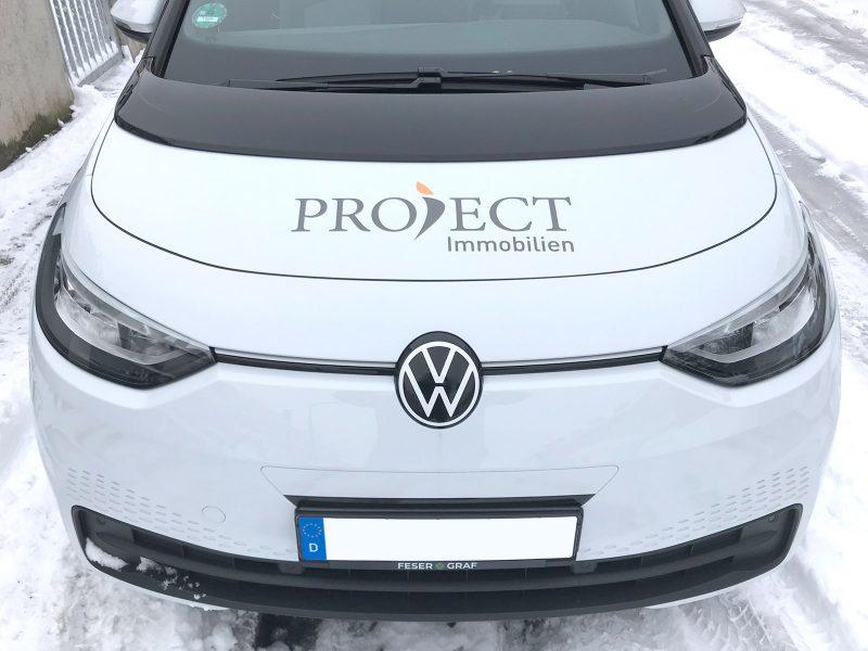 Von vorne fotografierte Fahrzeugbeklebung eines VW ID 3 für Project Immobilien