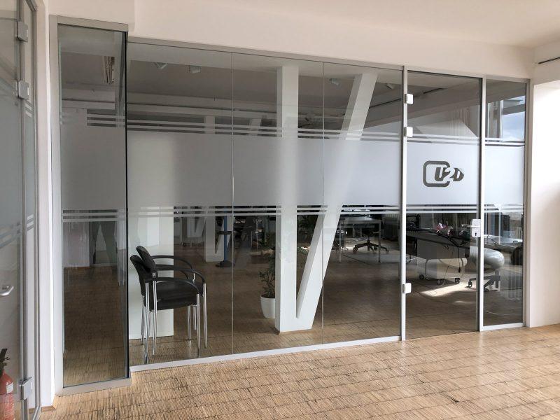 Sichtschutzfolierung aus Milchglasfolie an einer Büroglaswand bei up2date