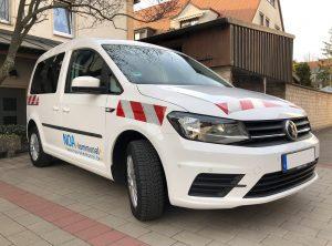 Seitliche Frontaufnahme - Retroreflektierende Fahrzeugbeklebung eines weißen Caddy für NOA.kommunal