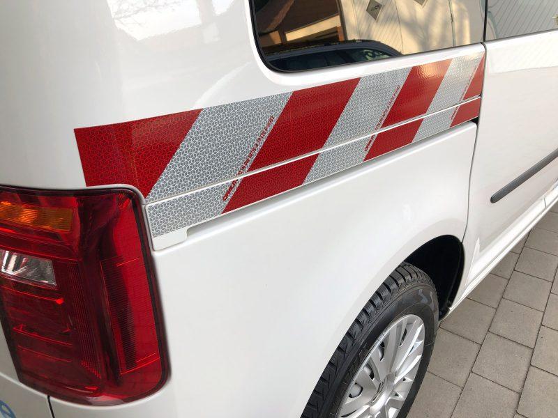 Detailaufnahme - Retroreflektierende Fahrzeugbeklebung eines weißen Caddy für NOA.kommunal