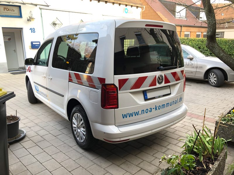 Seitliche Heckansicht - Retroreflektierende Fahrzeugbeklebung eines weißen Caddy für NOA.kommunal
