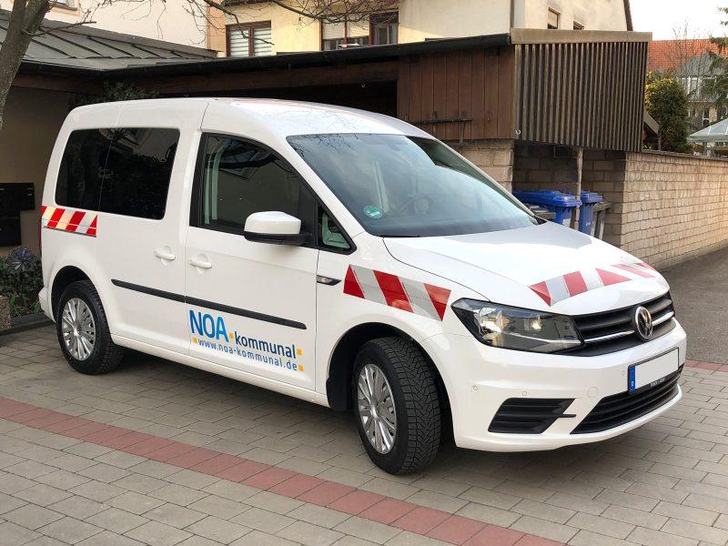 Seitenansicht - Retroreflektierende Fahrzeugbeklebung eines weißen Caddy für NOA.kommunal