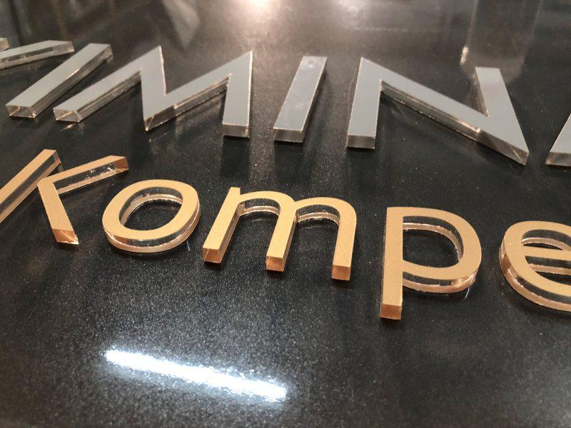 Detailaufnahme - Schild mit 3D-Buchstaben für Skimina Immobilien