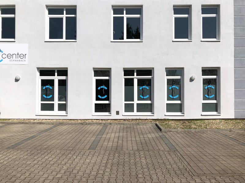 Schilder und Sichtschutz - Schilder an der Außenfassade