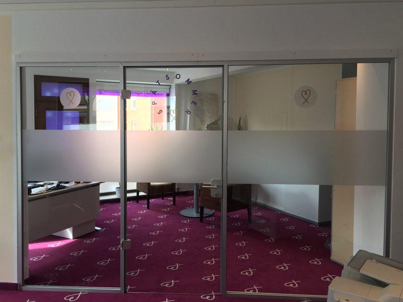 Sichtschutz - Beklebung einer Glaswand mit Türe in den Büroräumlichkeiten