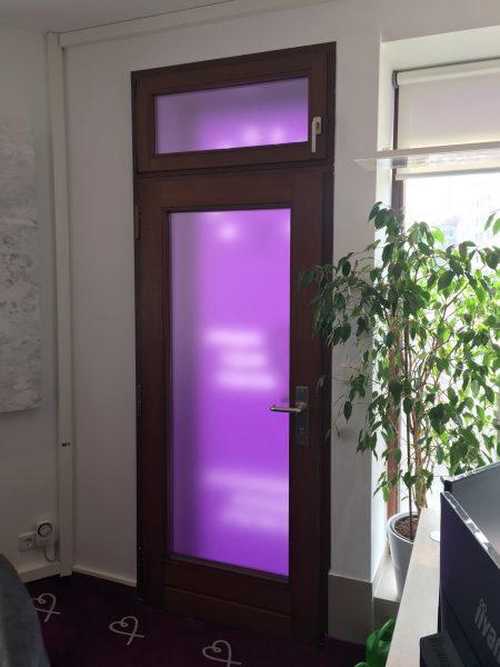 Sichtschutz - Beklebung einer Glastüre im ehemaligen Eingangsbereich
