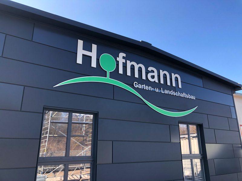 Schräge Aufnahme: Hallenschild an der Fassade für Hofmann Garten- und Landschaftsbau