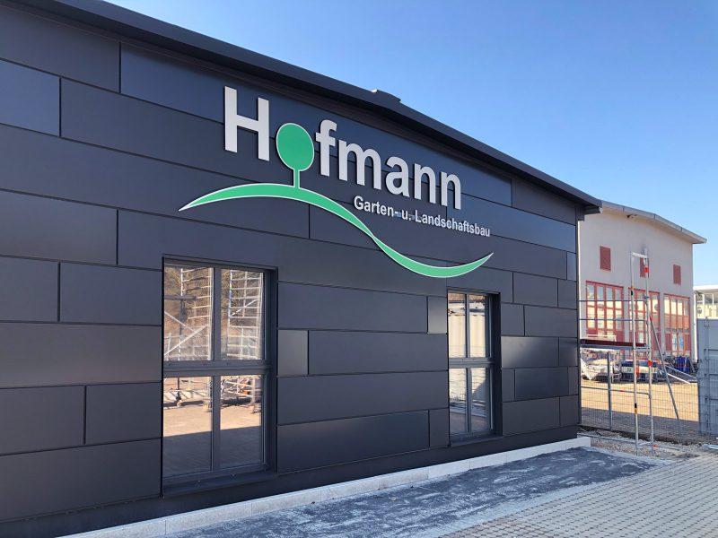 Hallenschild an der Fassade für Hofmann Garten- und Landschaftsbau