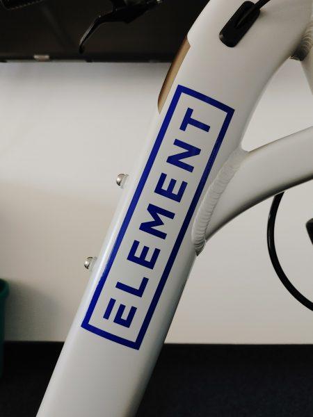 Folienbeschriftung eines Fahrradrahmens - Nahaufnahme des Element Logo-Aufklebers