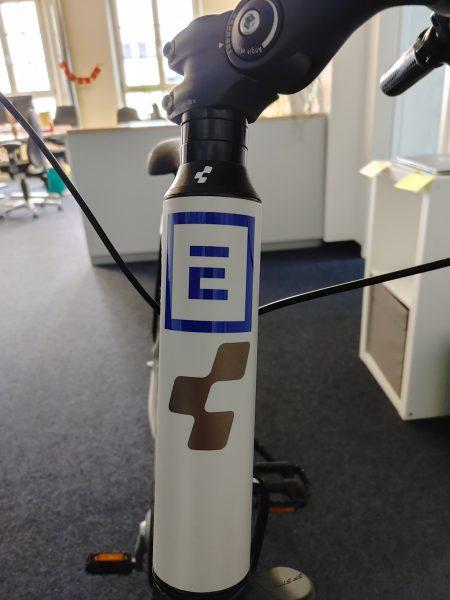 Folienbeschriftung eines Fahrradrahmens - Nahaufnahme neu beklebten Rahmes an der Frontstange