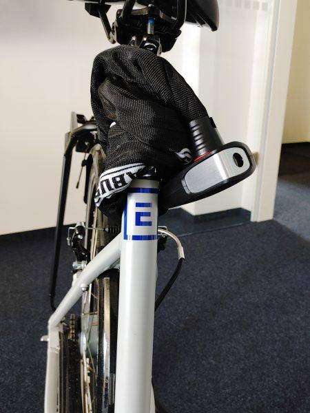 Folienbeschriftung eines Fahrradrahmens - Nahaufnahme neu beklebten Rahmens unter dem Sattel