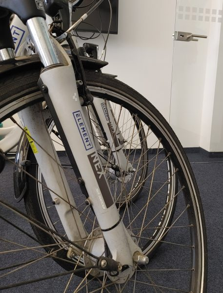Folienbeschriftung eines Fahrradrahmens - Nahaufnahme des beklebten Stoßdämpfers