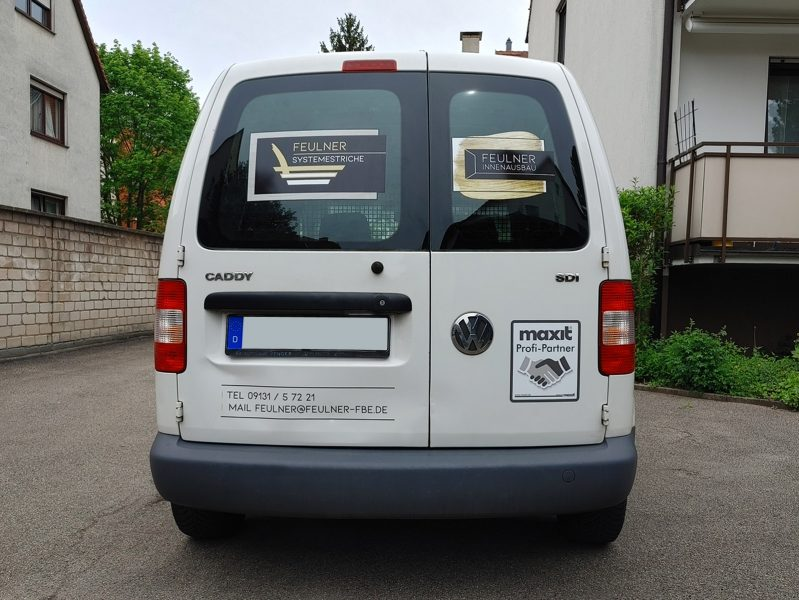 Flottenbeschriftung - Heckansicht des neu folierten Caddys für Feulner Innenausbau