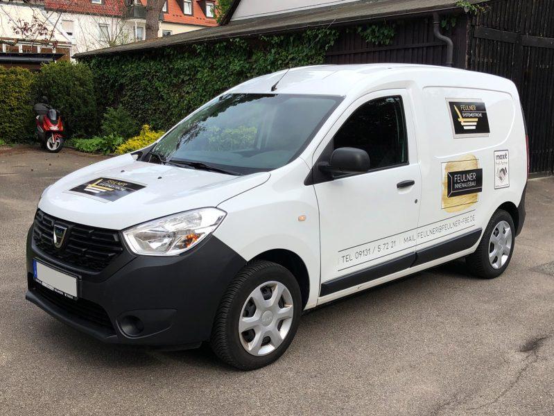Flottenbeschriftung - Front- und Seitenansicht des neu folierten Dacia Dokkers für Feulner Innenausbau