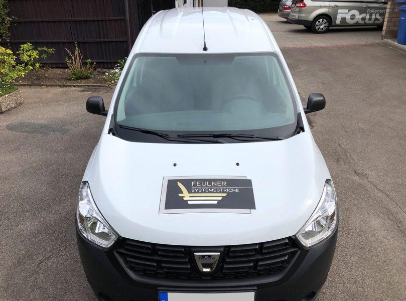 Flottenbeschriftung - Frontansicht des neu folierten Dacia Dokkers für Feulner Innenausbau
