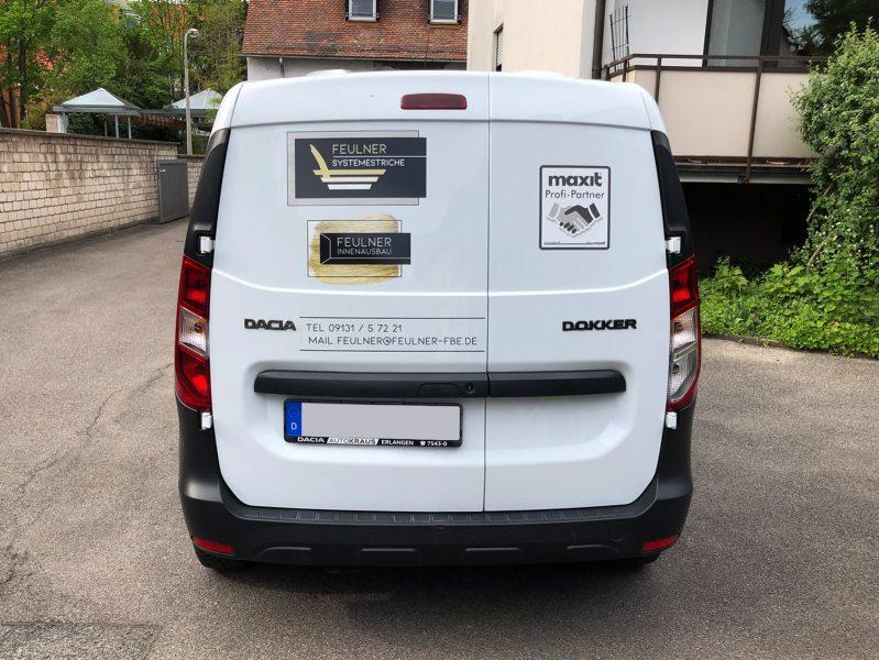 Flottenbeschriftung - Heckansicht des neu folierten Dacia Dokkers für Feulner Innenausbau