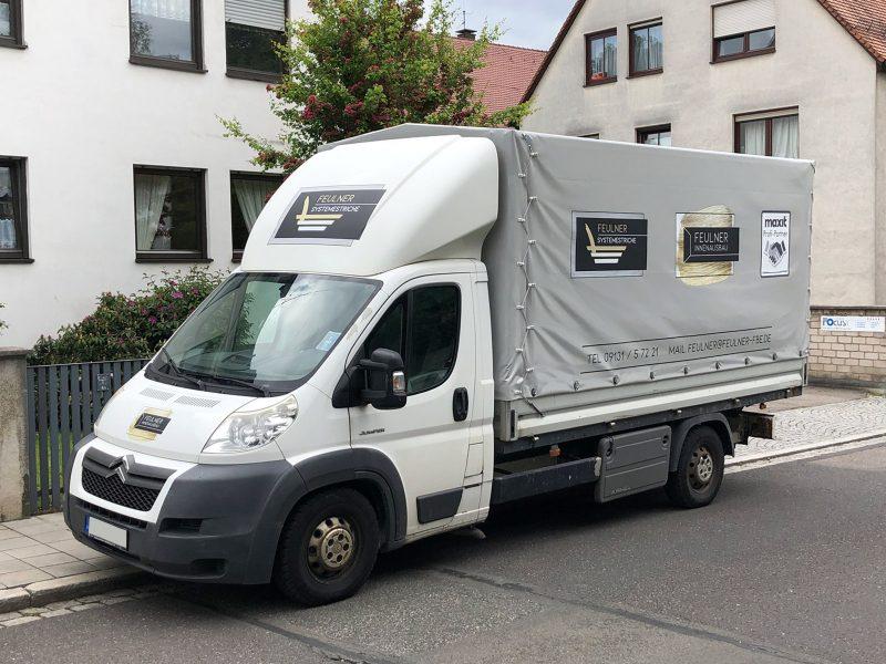 Flottenbeschriftung - Front- und Seitenansicht des neu folierten Citroen Jumper für Feulner Innenausbau