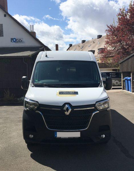 Flottenbeschriftung - Frontansicht des neu folierten Renault Masters für Feulner Innenausbau