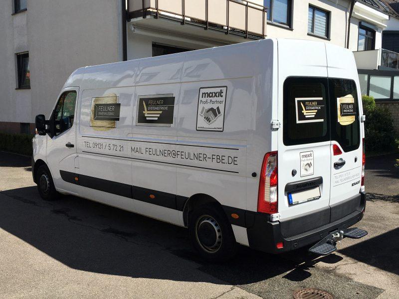 Flottenbeschriftung - Heck- und Seitenansicht des neu folierten Renault Masters für Feulner Innenausbau