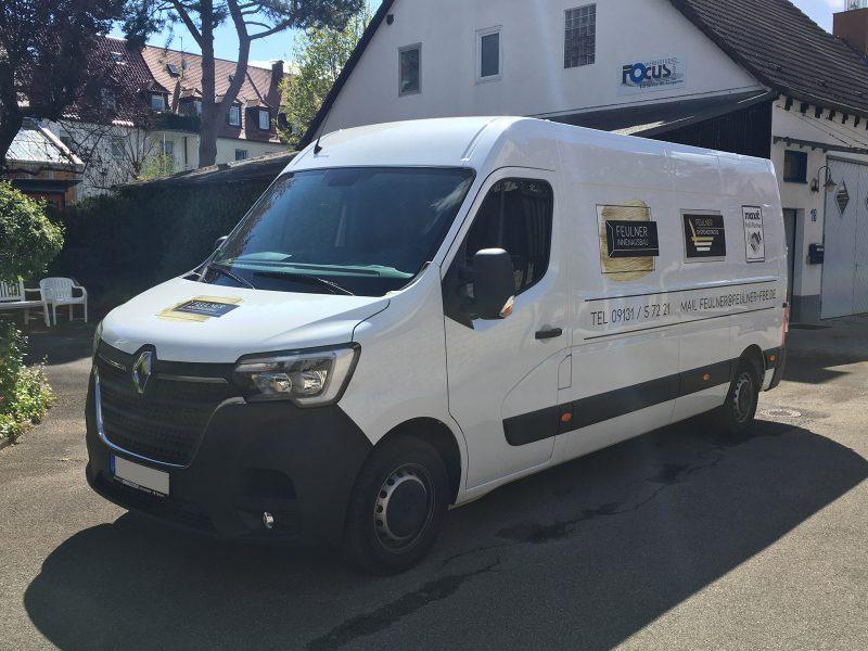 Flottenbeschriftung - Front- und Seitenansicht des neu folierten Renault Masters für Feulner Innenausbau