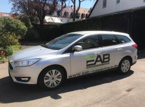 Fahrzeugfolierung - Seitenansicht eines Ford Focus für EAB Massivhaus