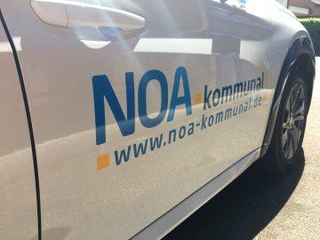 Fahrzeugbeschriftung - Nahaufnahme des weißen Peugeot e-208 für NOA kommunal