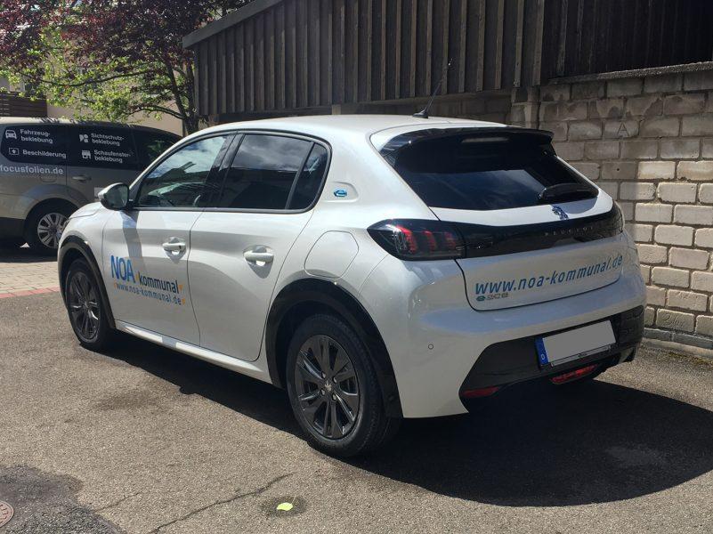 Fahrzeugbeschriftung - Seiten- und Heckansicht des weißen Peugeot e-208 für NOA kommunal
