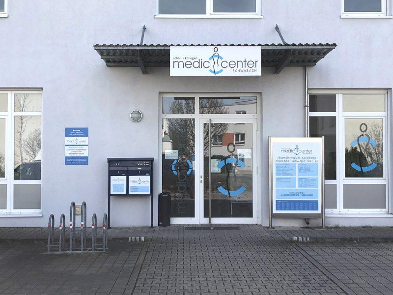 Praxis-Beklebungen - Eingang eines Medic Centers mit verschiedenen Schildern und Sichtschutz