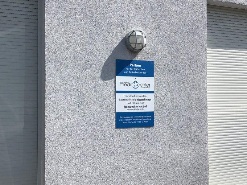 Praxis-Beklebungen - Alu-Dibond-Schild an Fassade einer Medic Center Praxis