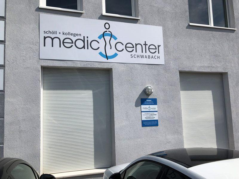 Praxis-Beklebungen - Alu-Dibond Schilder an einer Hausfassade eines Medic Centers
