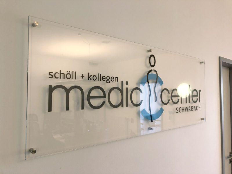 Praxis-Beklebungen - Medic Center Logo aus Plexiglas