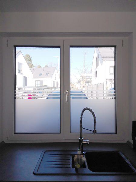 Sichtschutzbeklebung an zwei Küchenfenstern in einem Wohnhaus