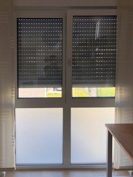 Sichtschutzbeklebung an zwei hohen Fenstern in einem Wohnhaus