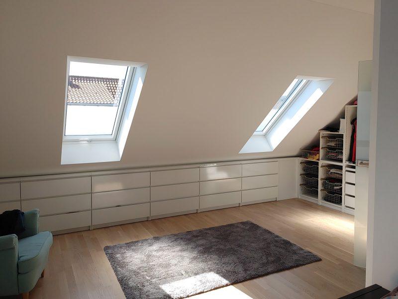 Sichtschutzbeklebung an zwei Dachfenstern in einem Wohnhaus