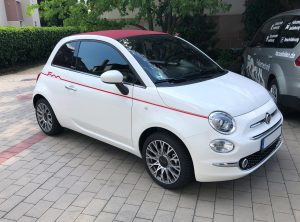 Folienbeschriftung .- roter Streifen auf der linken Seite eines weiße Fiat 500