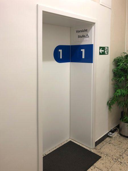 Türbeschriftung - Folierte Türen in der Physiotherapie Praxis Am Rathenauplatz - Nummer eins