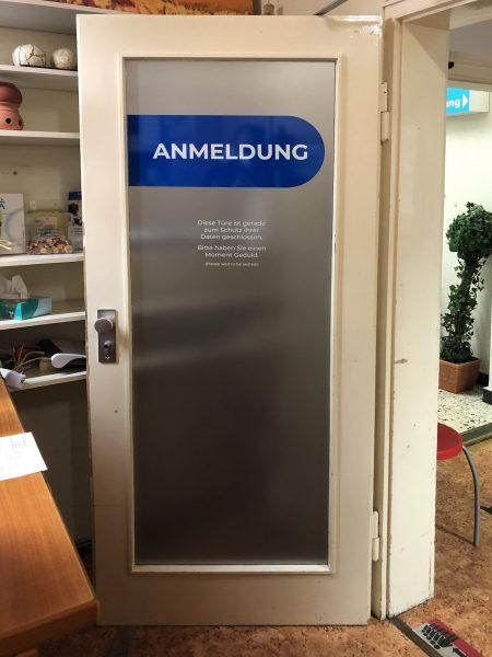 Türbeschriftung - Folierte Türen in der Physiotherapie Praxis Am Rathenauplatz - Aufnahme
