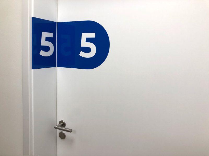 Türbeschriftung - Folierte Türen in der Physiotherapie Praxis Am Rathenauplatz - Nummer fünf
