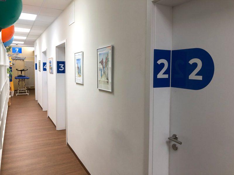 Türbeschriftung - Folierte Türen in der Physiotherapie Praxis Am Rathenauplatz - Ganze Türreihe/Gang