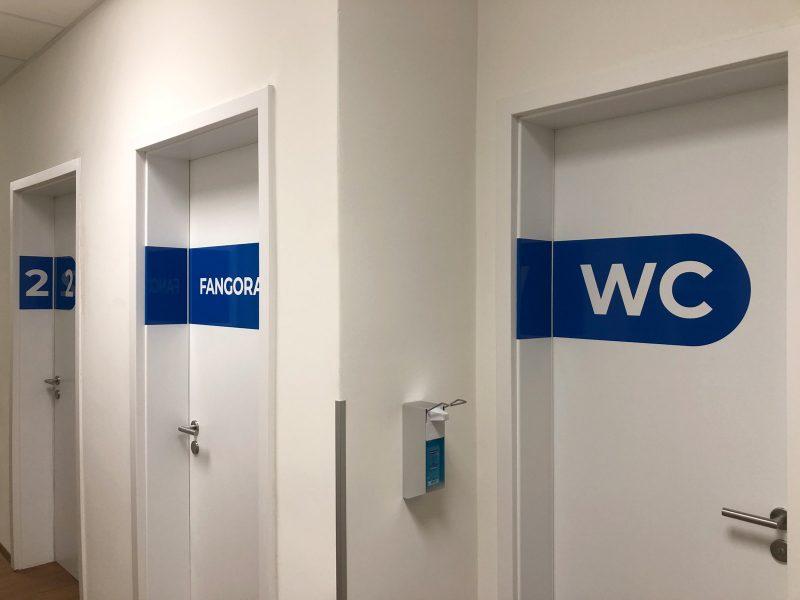 Türbeschriftung - Folierte Türen in der Physiotherapie Praxis Am Rathenauplatz - WC und Fangoraum