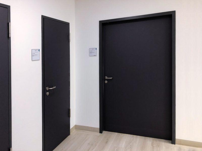 Türfolierung - Drei frisch folierte Türen im MRT der Kopfklinik