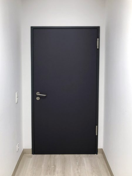 Türfolierung - Eine frisch folierte Türe in der der Kopfklinik