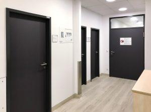 Türfolierung - vier folierte Türen in einem Gang in der Kopfklinik in der Uniklinik in Erlangen