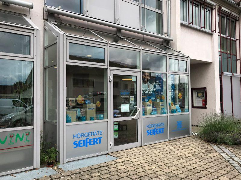 Schaufensterfolierung - Drei Fenster im unteren Bereich wurden neu foliert für Hörgeräte Seifert