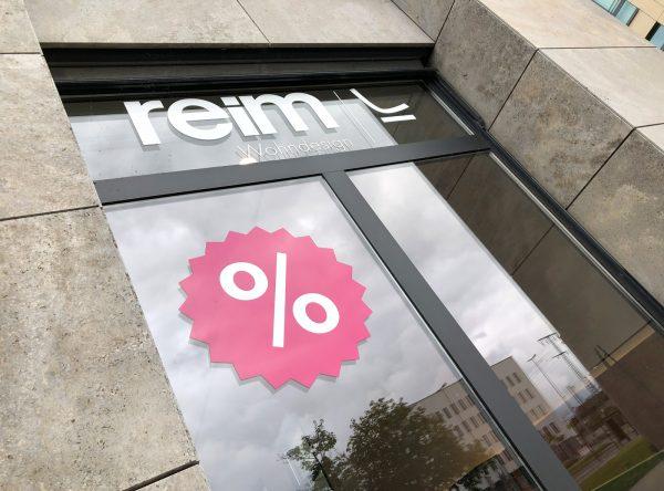Prozentstern am Schaufenster von Reim Wohndesign von links fotografiert